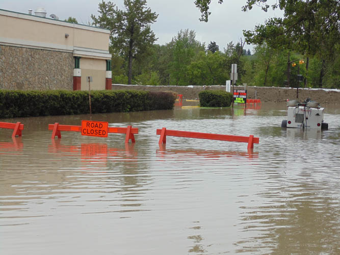 _2013_Calgary_Flood–5th_Street-Safeway_berm
