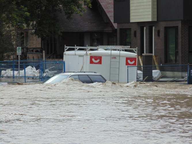 _2013_Calgary_Flood–Condos_Flooded